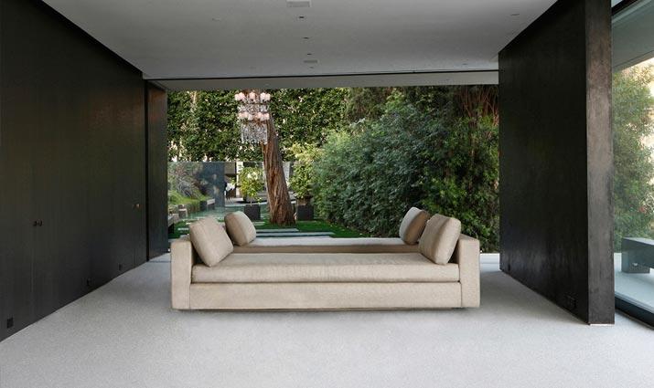 Entrada y terraza cubierta