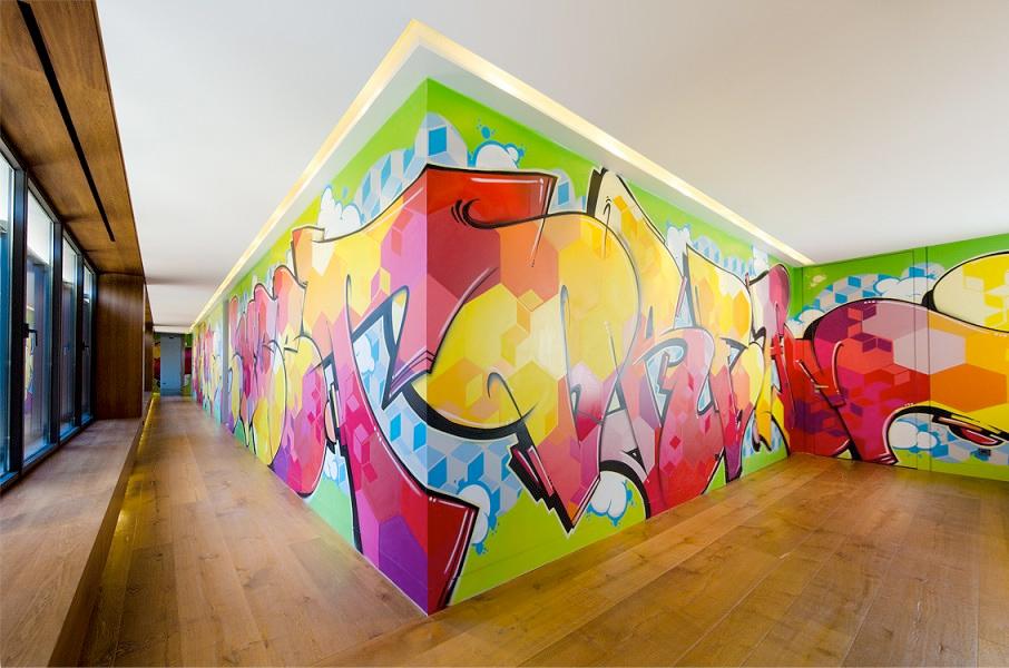 Pasillo con graffitis en un chalet la moraleja